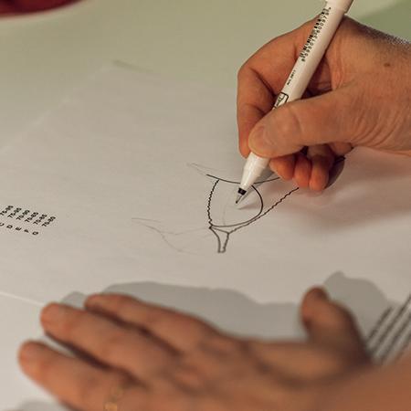 Designérky navrhnou střihy a hrubou představu o modelu z vybraných materiálů.